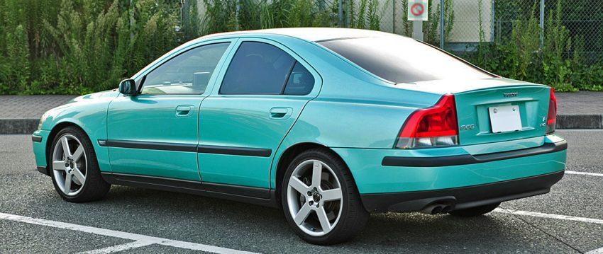 Seitenansicht Blauer Volvo S60 mit Getönten Scheiben