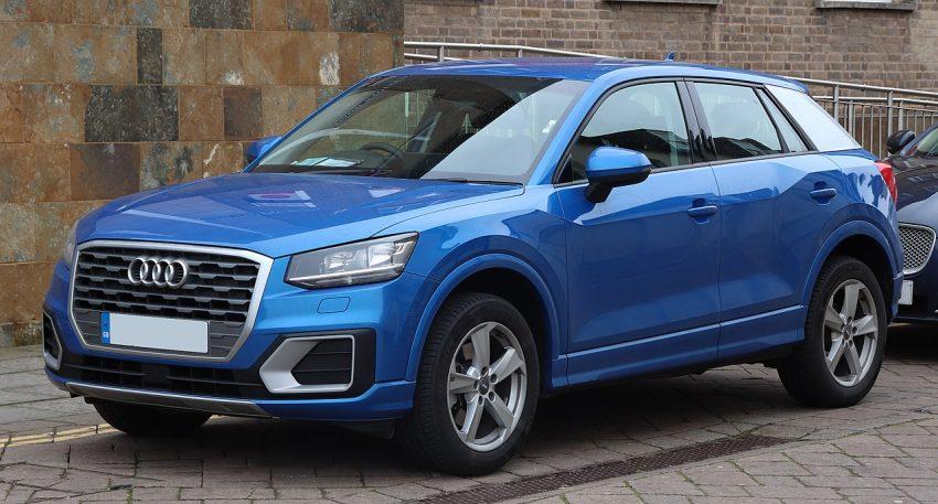 Frontansicht Blauer Audi Q2 1.6 TDI Sport