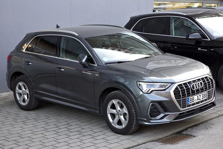 Grauer Audi Q3 mit Eingeklappten Seitenspiegel Frontansicht