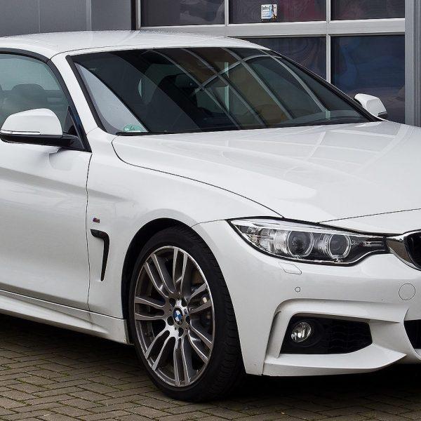 Frontansicht Weißer 4er BMW 435i M Sport 2 Türer