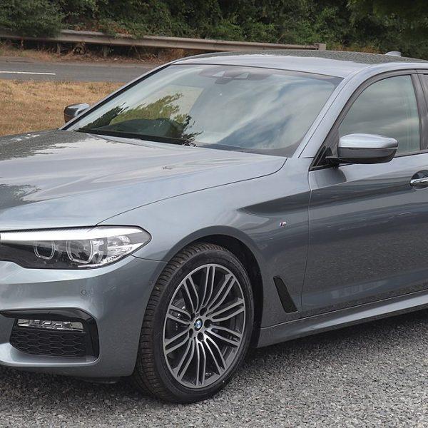 Frontansicht Grauer 5er BMW 520d X Drive mit Getönten Scheiben