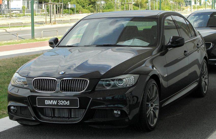 Frontansicht Schwarzer BMW E90 320d Sport mit Getönten Scheiben