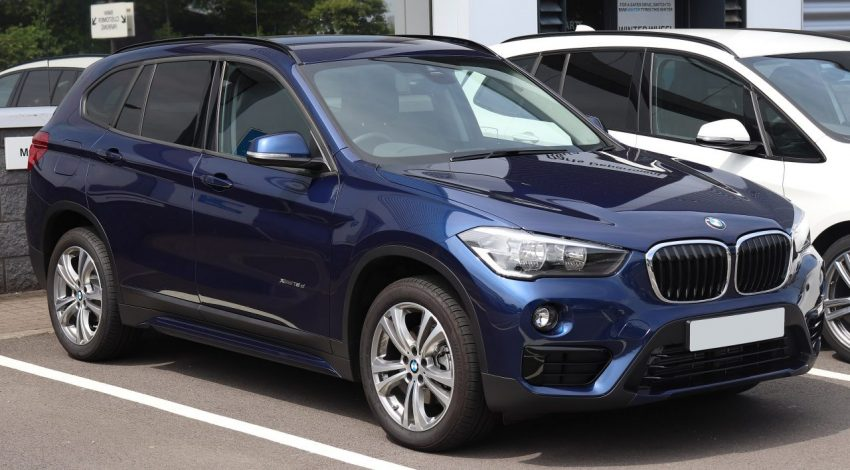 Frontansicht Blauer BMW X1 xDrive 18d
