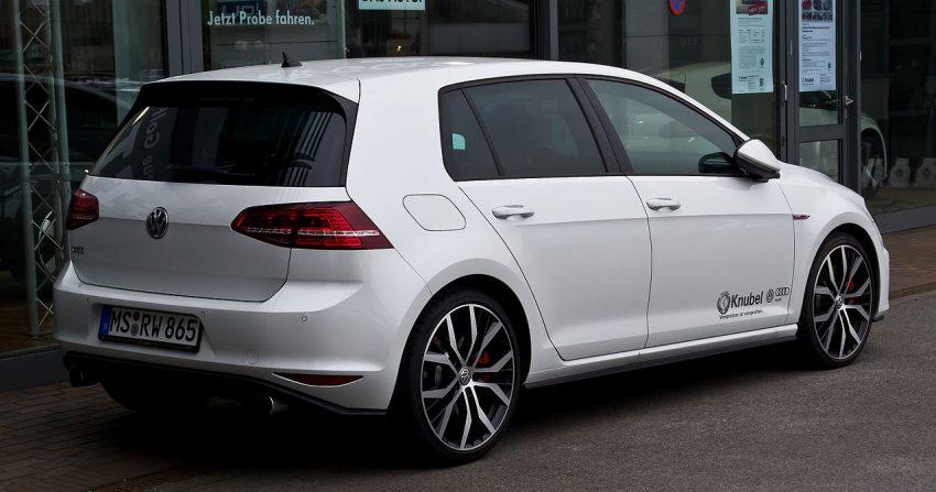 Seitenansicht Weißer VW Golf VII GTI