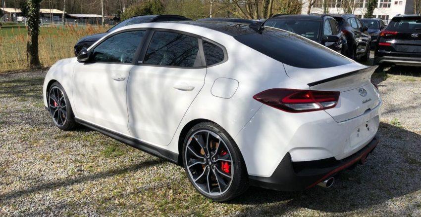 Heckansicht Weißer Hyundai i30 N Fastback