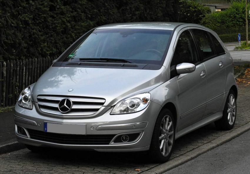 Frontansicht Silberner Mercedes Benz B Klasse