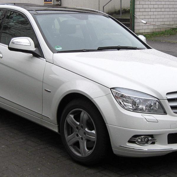 Seitenansicht Weißer Mercedes C Klasse mit Schwarzem Dach
