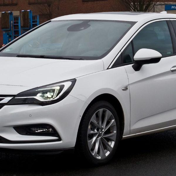 Frontansicht Weißer Opel Astra K 1.6
