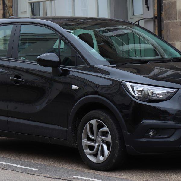 Seitenansicht Schwarzer Opel Crossland X Ecotec 1.6