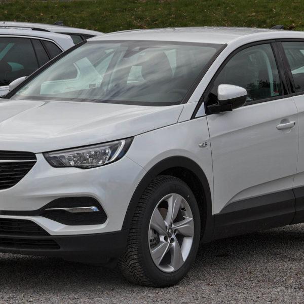 Weißer Opel Grandland X Frontansicht