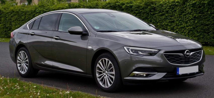 Frontansicht Grauer Opel Insignia mit Getönten Scheiben