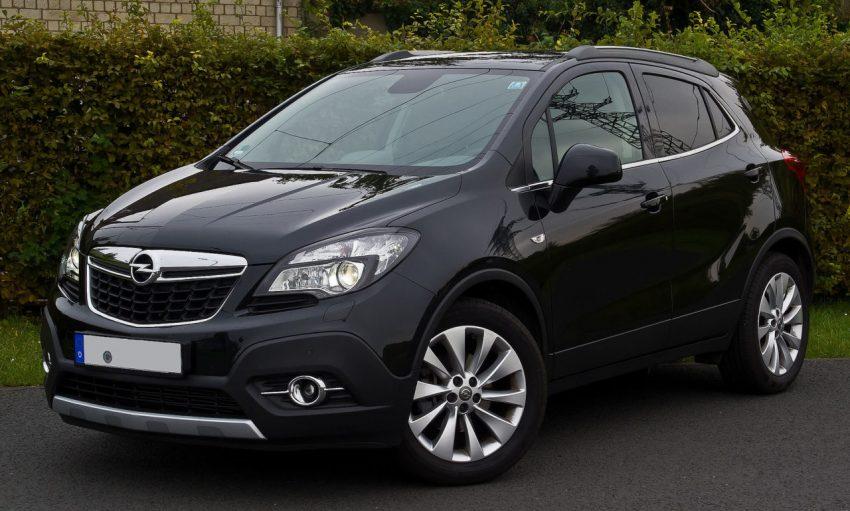 Frontansicht Schwarzer Opel Mokka mit Getönten Scheiben