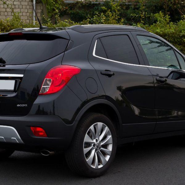 Heckansicht Schwarzer Opel Mokka Eco Flex mit Getönten Scheiben