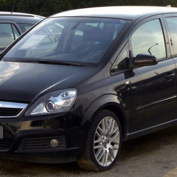 Frontansicht Schwarzer Opel Zafira B 1.9 CDTI