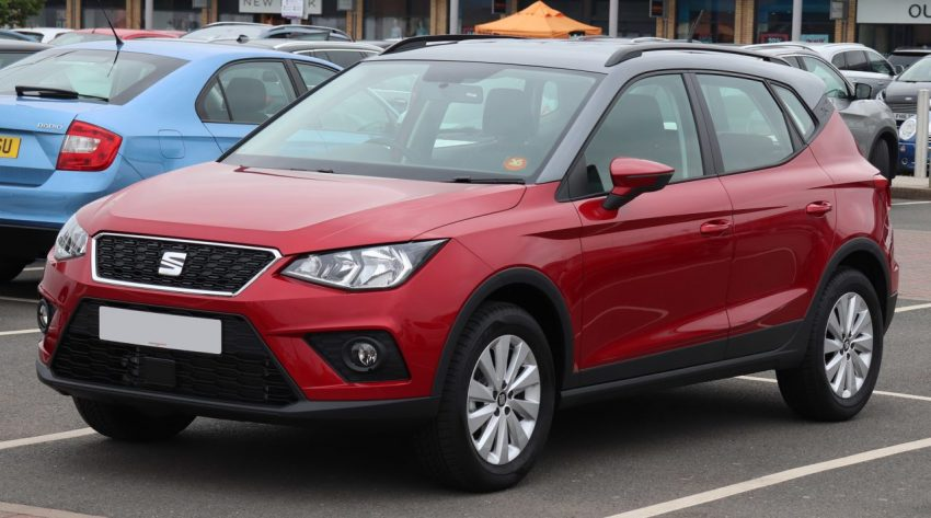 Frontansicht Roter Seat Arona 1.0 TSI mit Grauem Dach