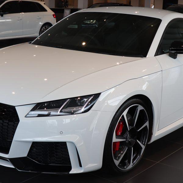 Weißer Audi TT RS Quattro Coupe Frontansicht