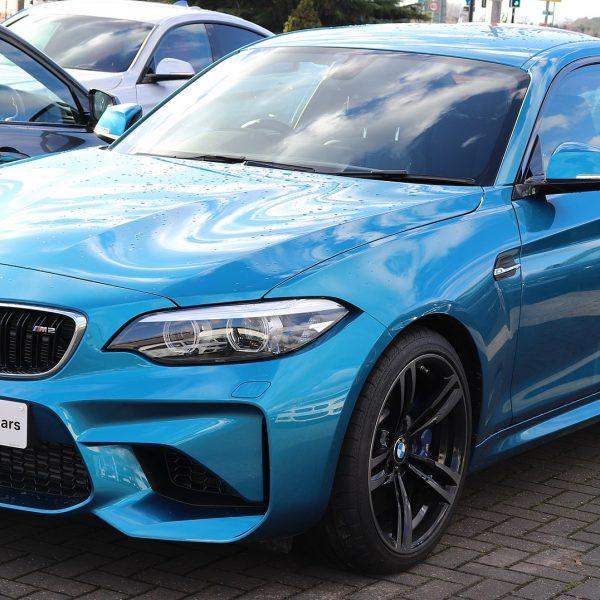 Blauer BMW 2er mit Getönten Scheiben Frontansicht