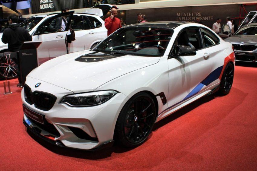 Frontansicht Weißer BMW M2 Competition mit Schwarzen Außenspiegel
