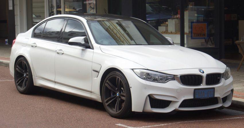 Frontansicht Weißer BMW M3 mit Getönten Scheiben