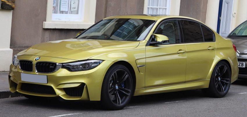 Seitenansicht Goldener BMW M3 mit Getönten Scheiben