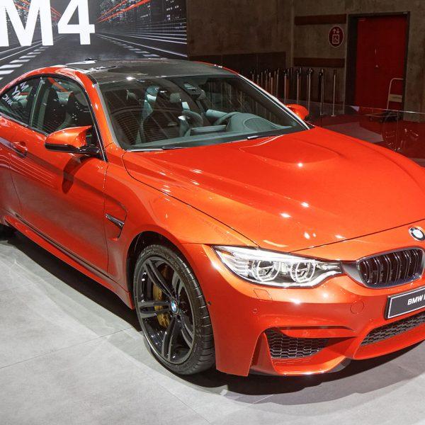 Orangeroter BMW M4 mit Schwarzem Dach Frontansicht