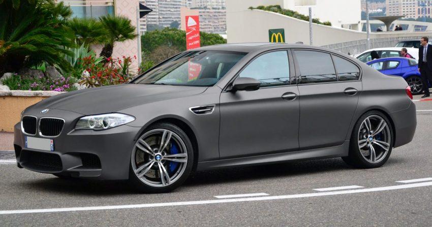 Grau Matter BMW M5 mit Blauen Bremsbellegen