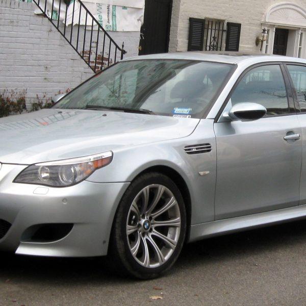 Silberner BMW M5 Seitenansicht