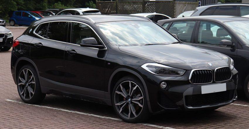 Seitenansicht Schwarzer BMW X2 mit LED Scheinwerfer