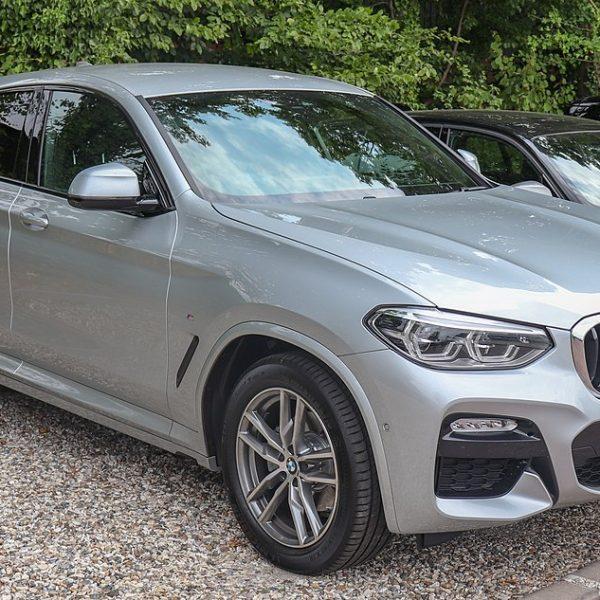Silberner BMW X4 20d Seitenansicht