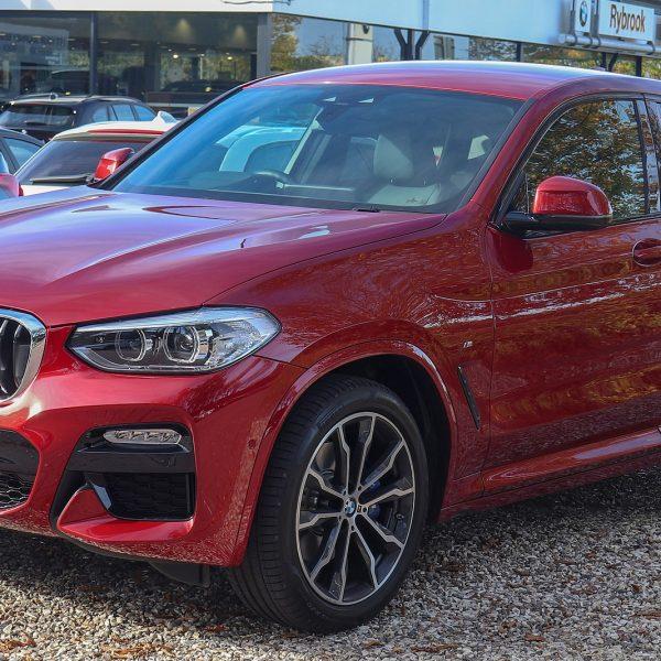 Seitenansicht Roter BMW X4