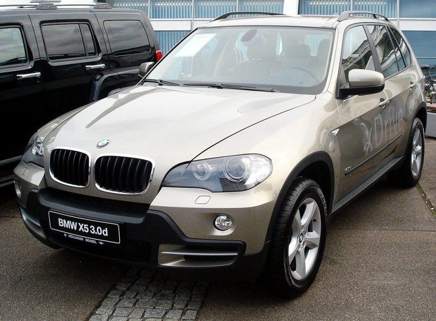Goldener BMW X5 3.0 d Frontansicht