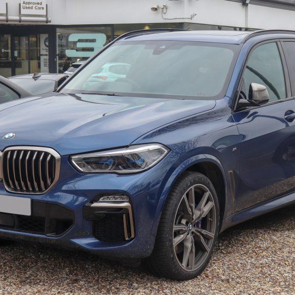 Frontansicht Blauer BMW X5