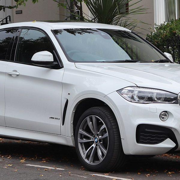 Seitenansicht Weißer BMW X6 xDrive 30d mit Getönten Scheiben