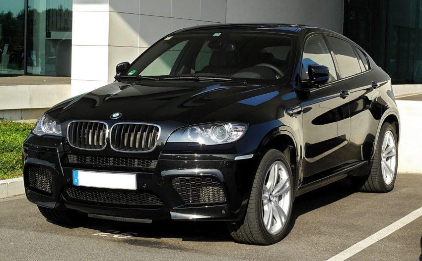 Frontansicht Schwarzer BMW X6M mit Eingeklappten Außenspiegel