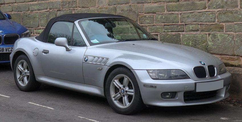Silberner BMW Z3 mit Schwarzem Stoffdach Seitenansicht
