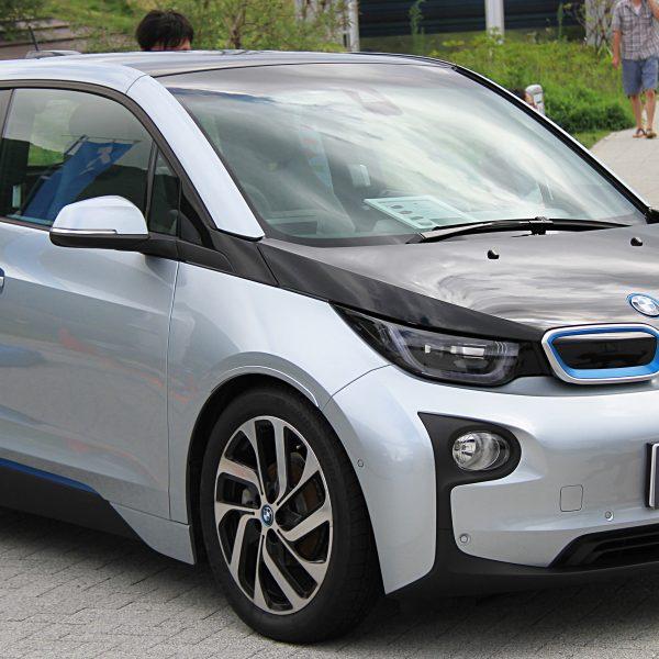 Seitenansicht BMW i3 mit Schwarzer Motorhaube