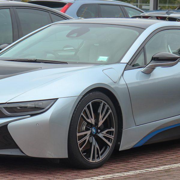 Frontansicht Blauer BMW i 8 Elektro