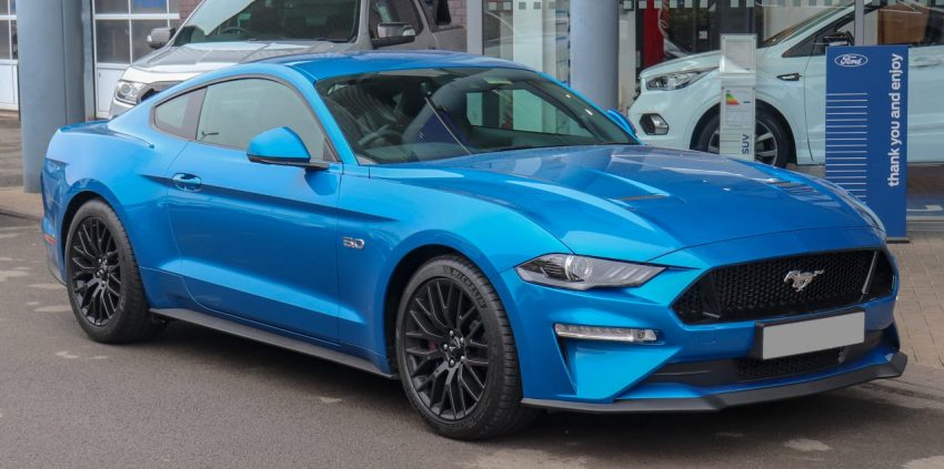 Blauer Ford Mustang Frontansicht
