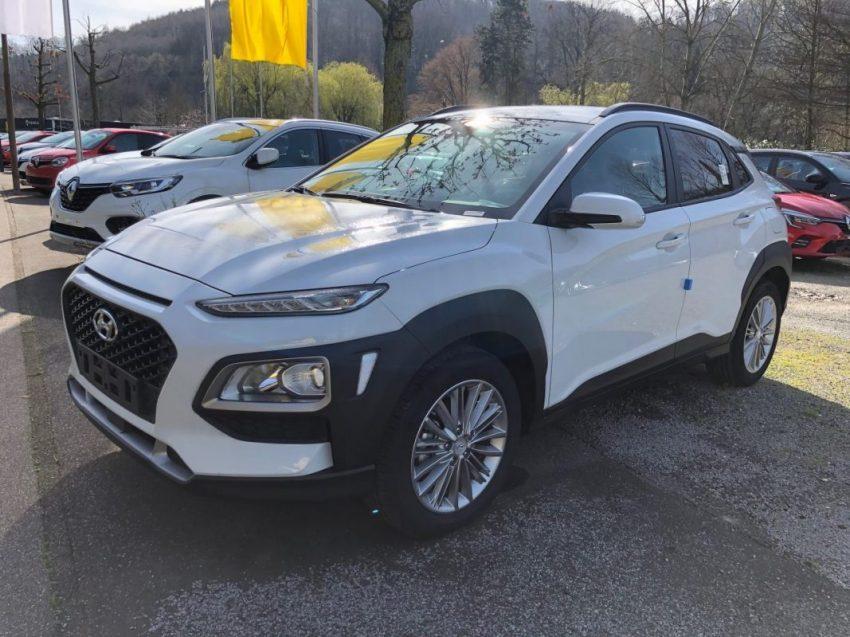Seitenansicht Weißer Hyundai Kona mit LED Scheinwerfer