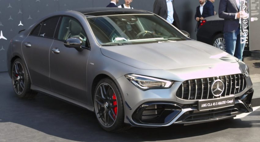 Frontansicht Grauer Mercedes AMG CLA 45 Coupe