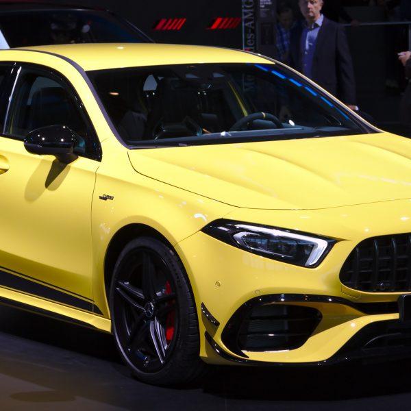Frontansicht Gelber Mercedes Benz A Klasse AMG mit LED Scheinwerfer