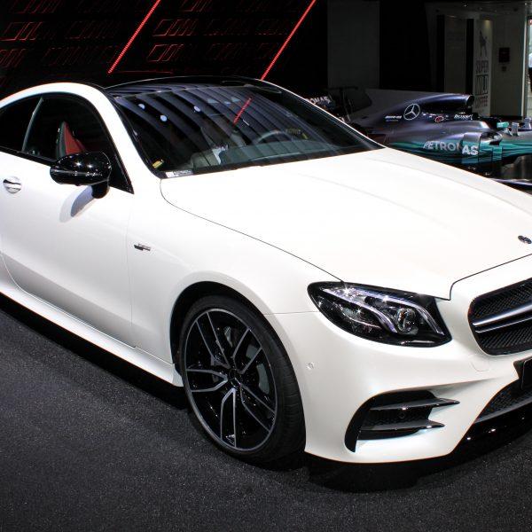 Frontansicht Weißer Mercedes E53 AMG