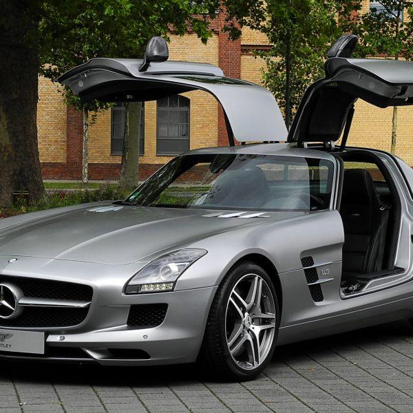 Frontansicht Grauer Mercedes SLS AMG mit Flügeltüren