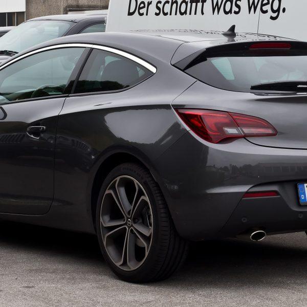 Heckansicht Schwarzer Opel Astra GTC 1.6 Turbo