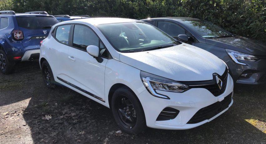 Seitenansicht Weißer Renault Clio mit Schwarzen Alufelgen
