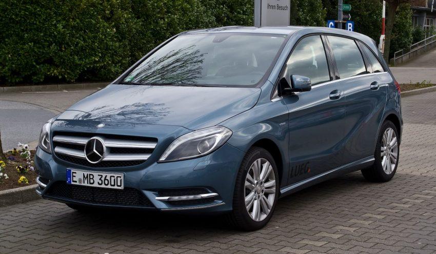 Blauer Mercedes Benz B Klasse Frontansicht