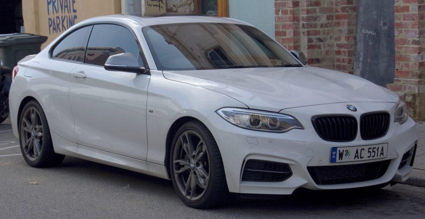 Frontansicht Weißer BMW 2er mit Grauen Seitenspiegel