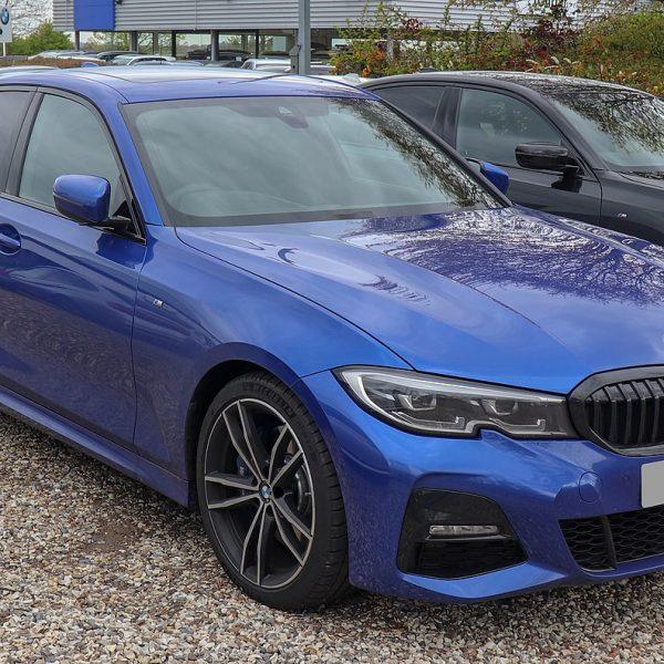 Frontansicht Blauer BMW 3er mit Getönten Scheiben