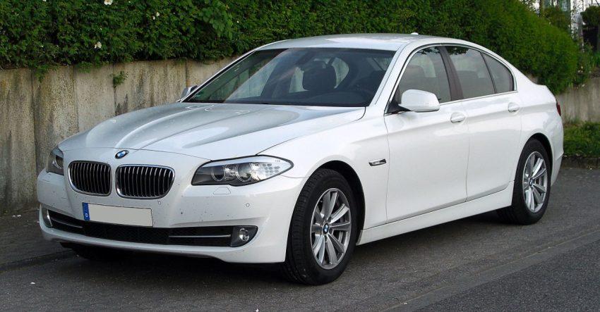 Seitenansicht Weißer BMW 5er mit Alufelgen