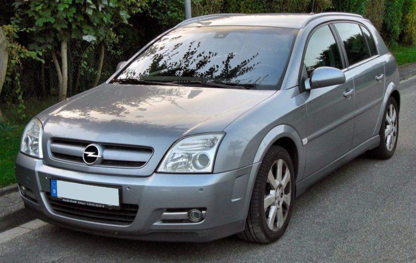 Frontansicht Grauer Opel Signum